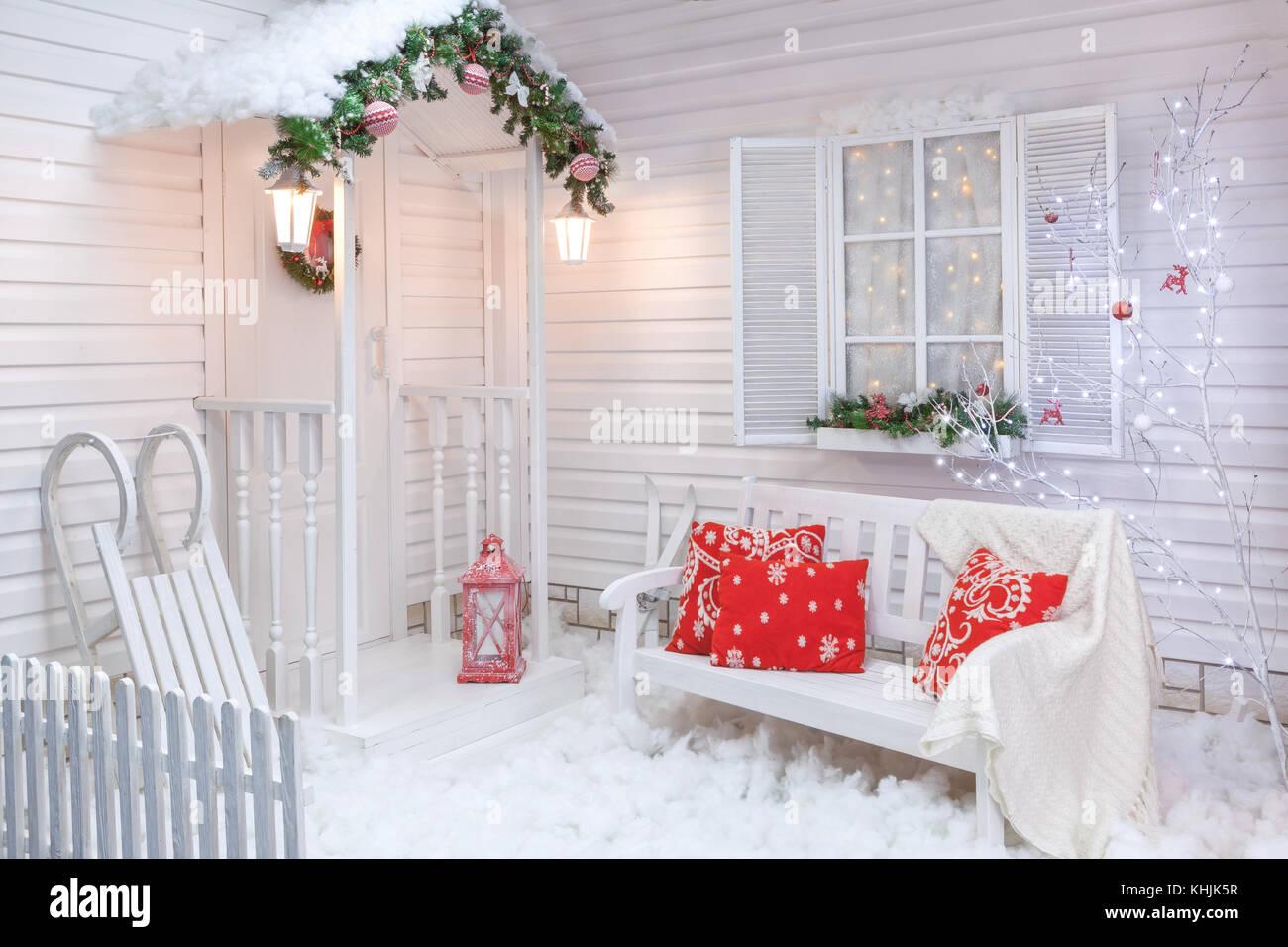 Invierno exterior de una casa de campo con las for Decoraciones para patios casas
