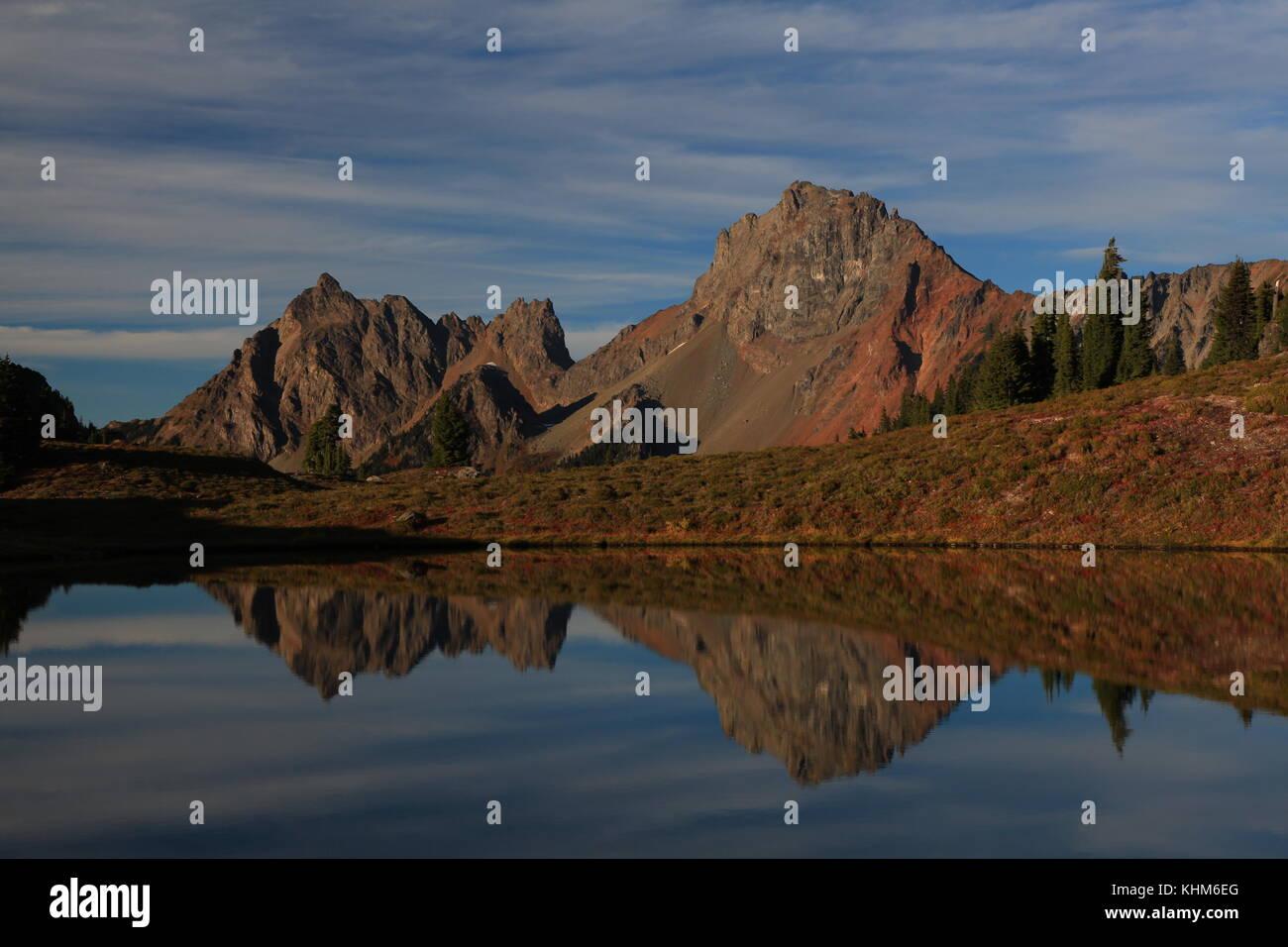 Los picos de la frontera canadiense y americana Foto de stock
