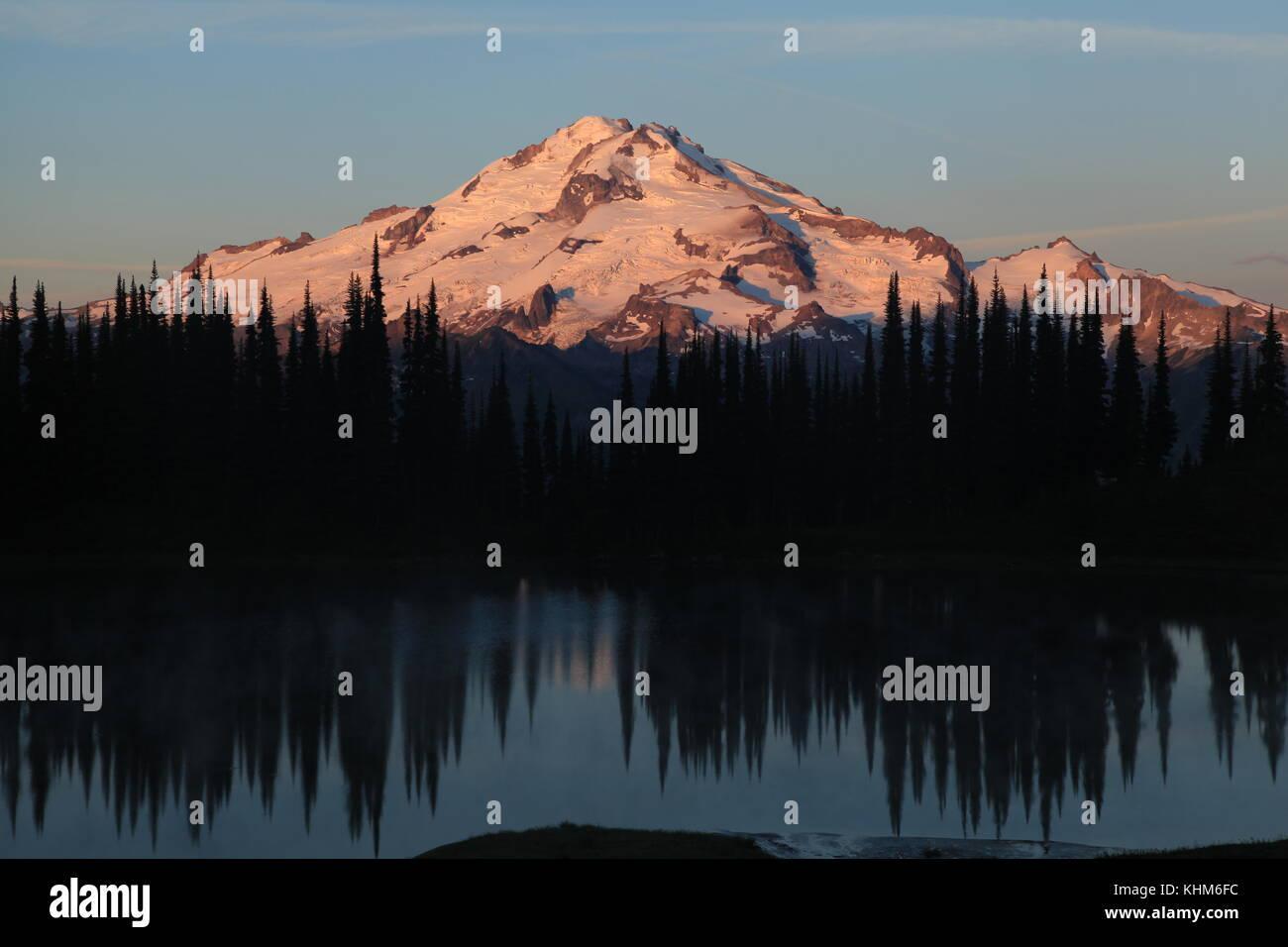 Glacier Peak al amanecer. Foto de stock