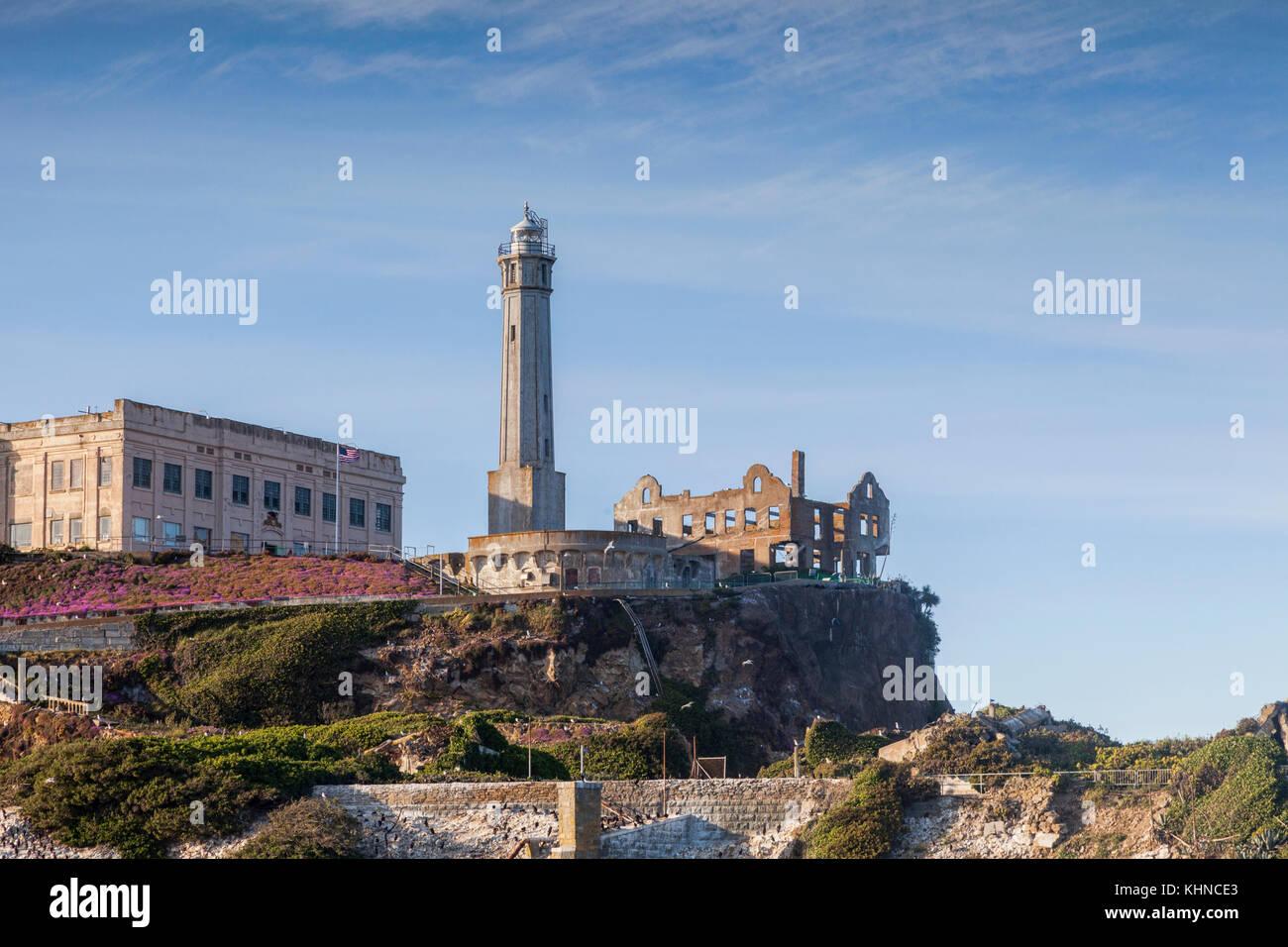 Alcatraz, mostrando la quemó la mansión del gobernador y el bloque de celdas. Imagen De Stock