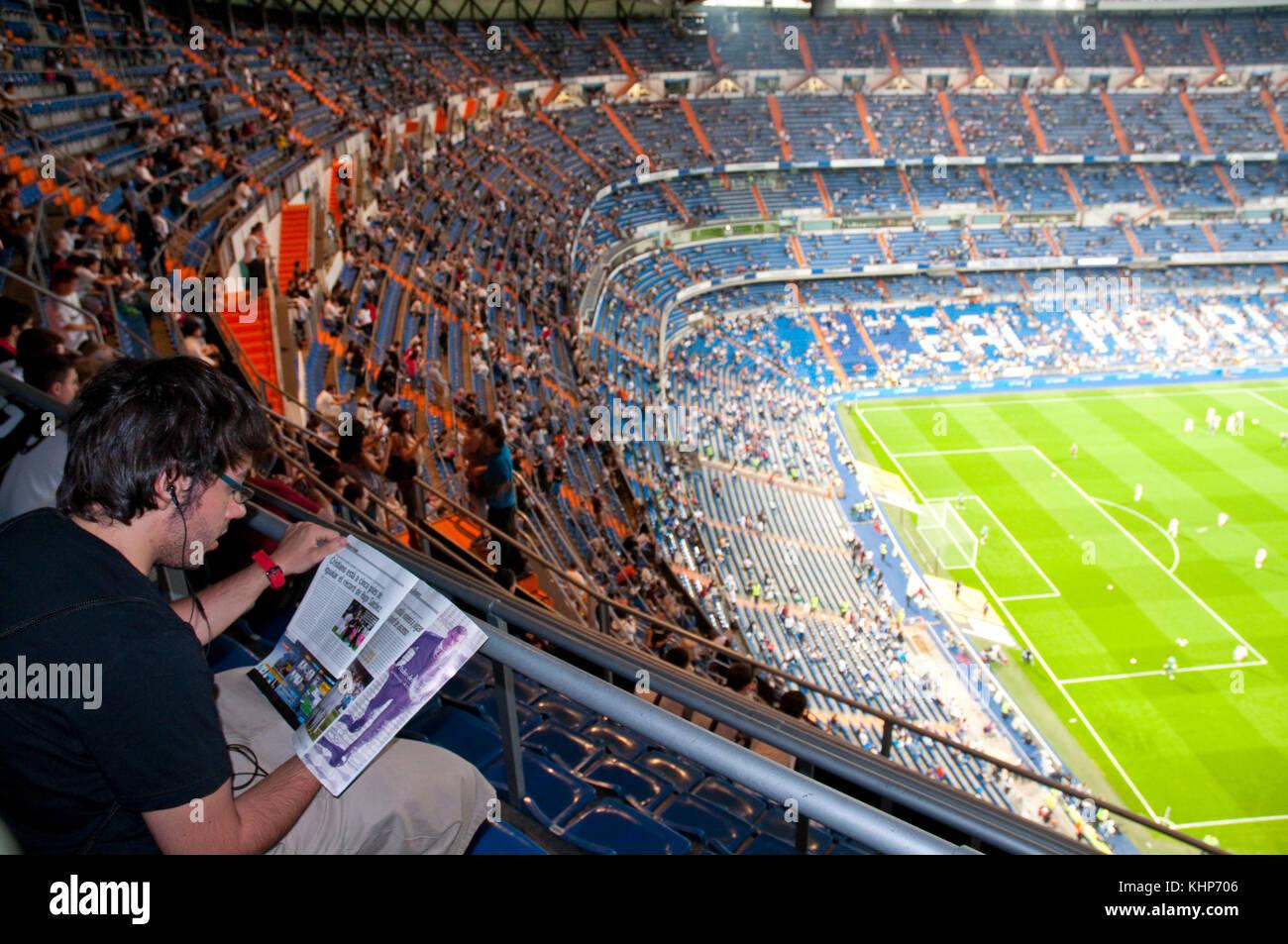 La Gente En Las Terrazas Durante Un Partido De Fútbol