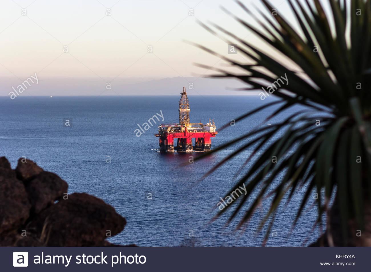 Una única plataforma petrolífera rojo está en el medio del océano ...