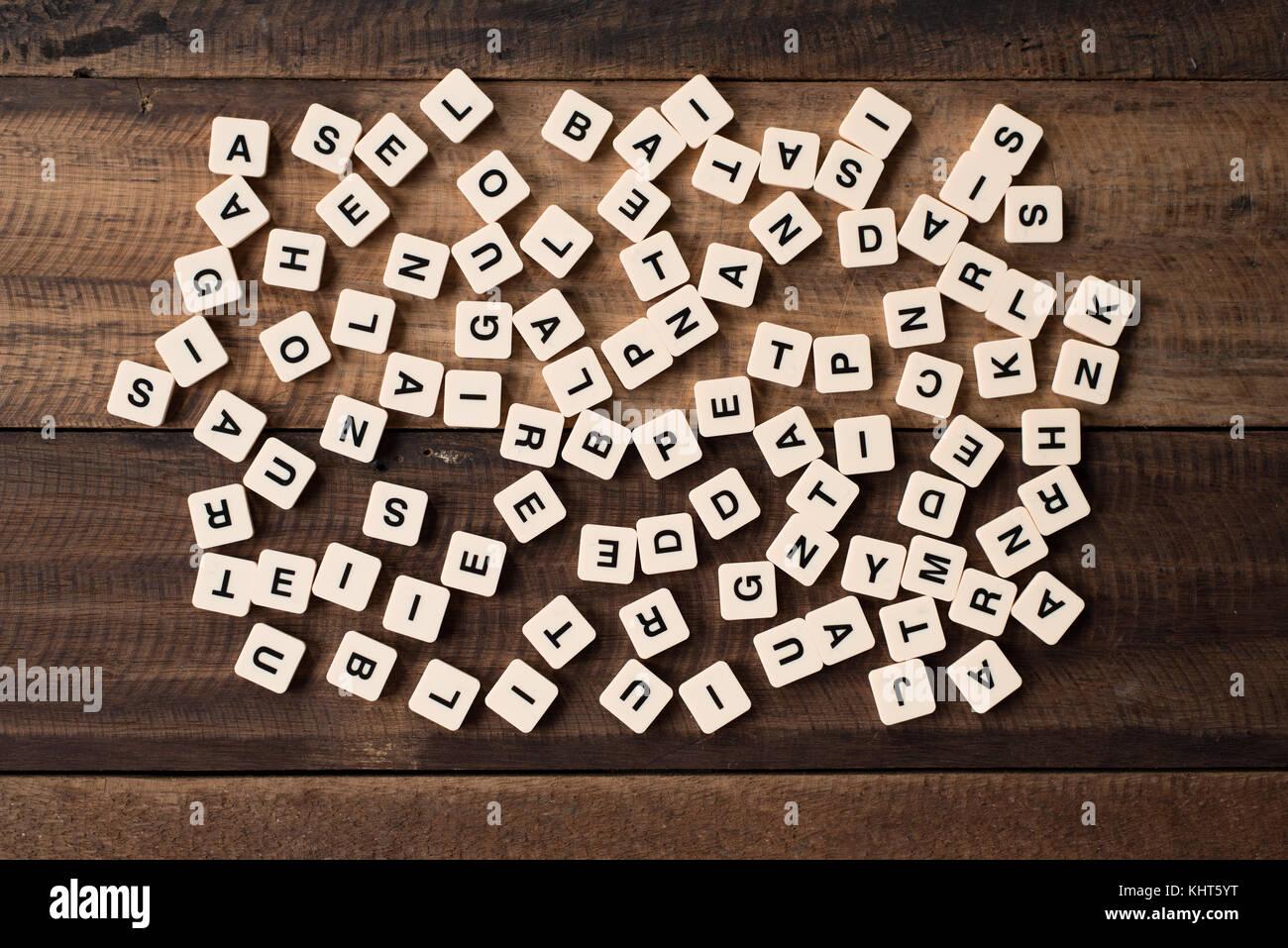 Concepto de educación y aprendizaje - alfabeto azulejos / bloques sobre fondo de madera Imagen De Stock