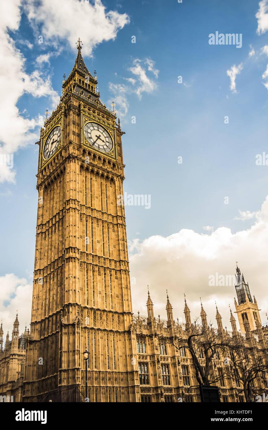 Torre del Big Ben de Londres central, amplio ángulo de disparo desde abajo mirando hacia arriba en el cielo. Imagen De Stock