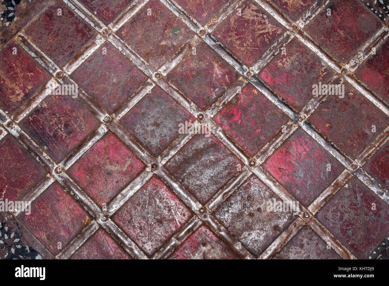 Patrón geométrico de tiras de estaño clavado a oxidarse y raída hoja ...