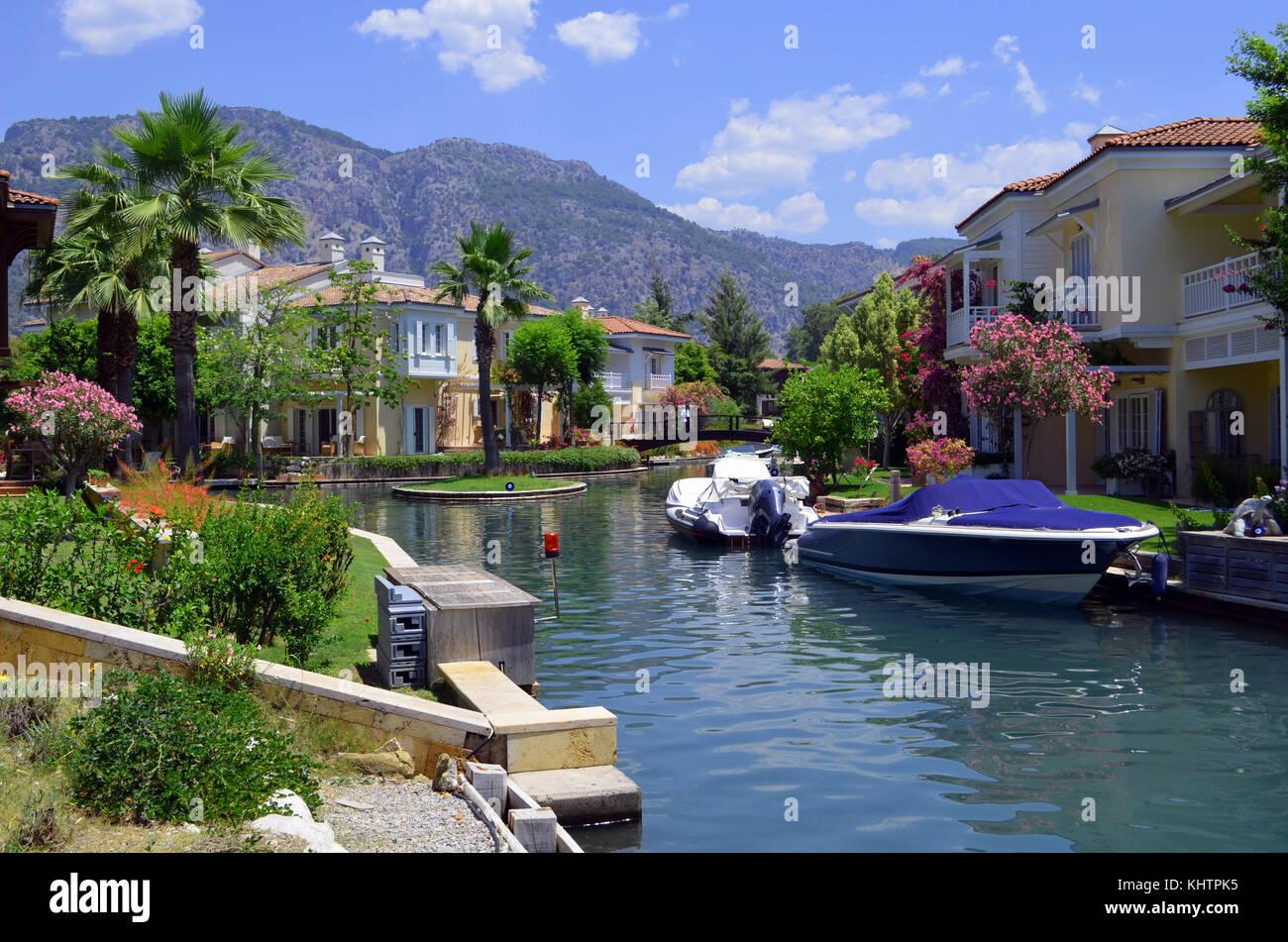 Casas de veraneo y lanchas cerca del río, cerca del mar Mediterráneo. Foto de stock