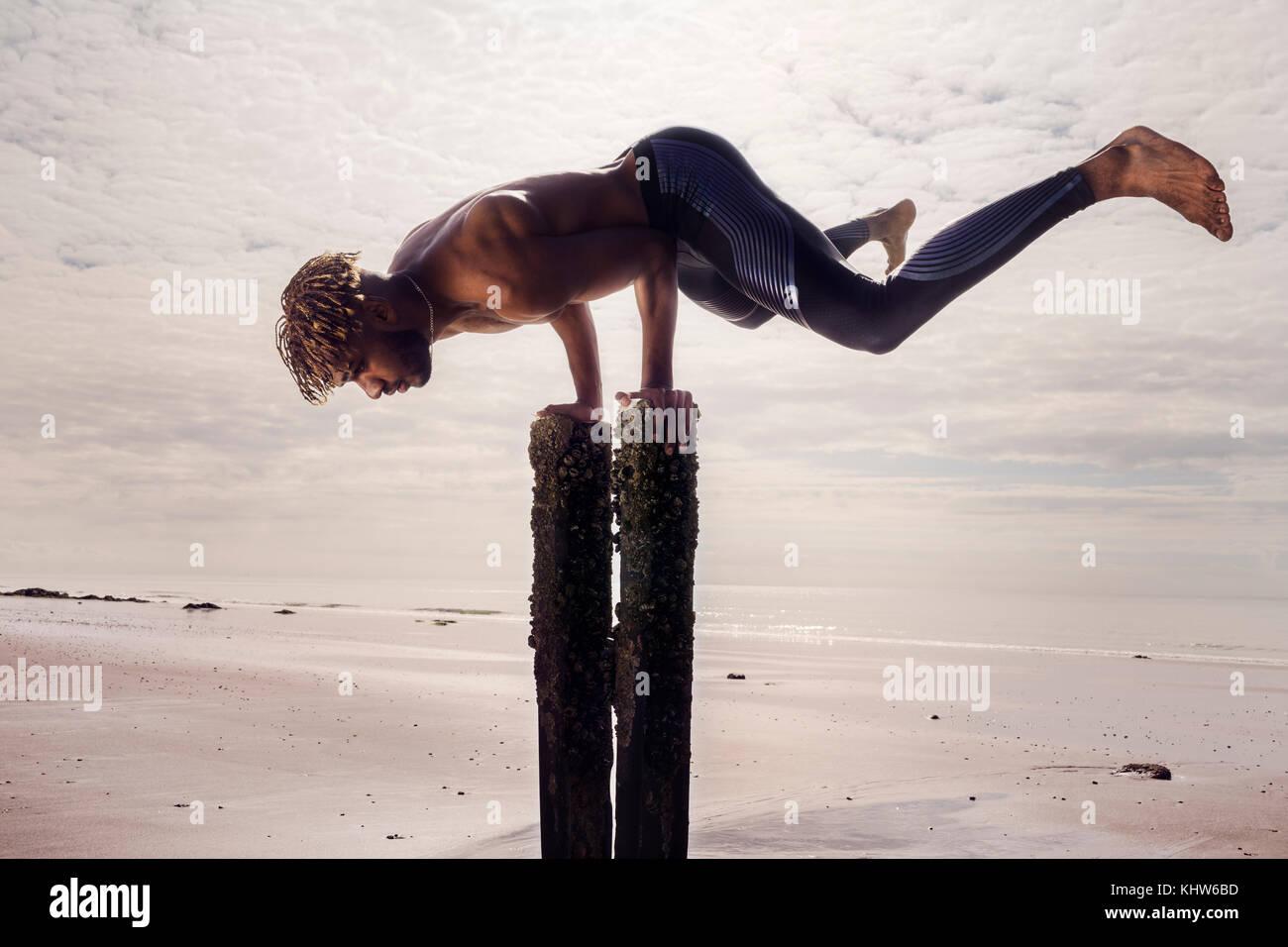 Joven formación, haciendo pino en Playa Madera puestos Imagen De Stock