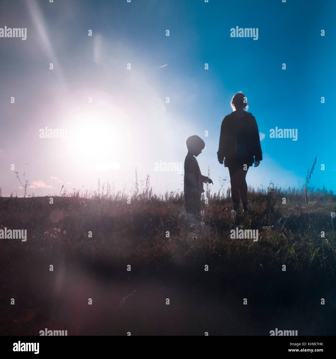 Madre e hijo en los campos, con luz solar brillante, Ural, Sverdlovsk, Rusia, Europa Foto de stock