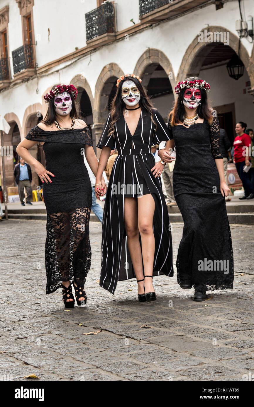 Los Adolescentes Mexicanos Vestidos De La Calavera Catrina Y