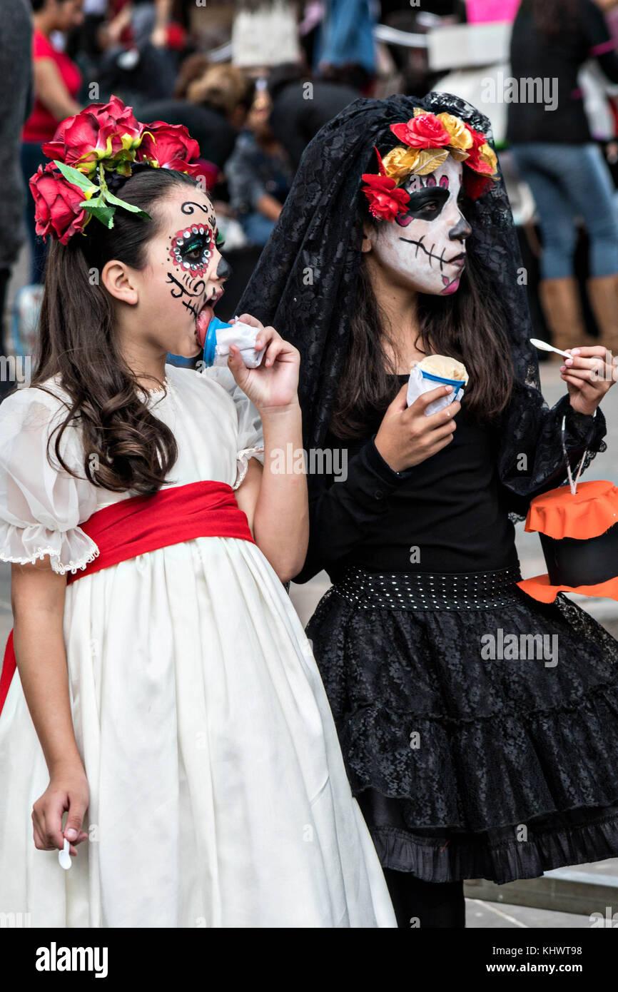 Jóvenes Muchachas Vestidas En Trajes De La Calavera Catrina