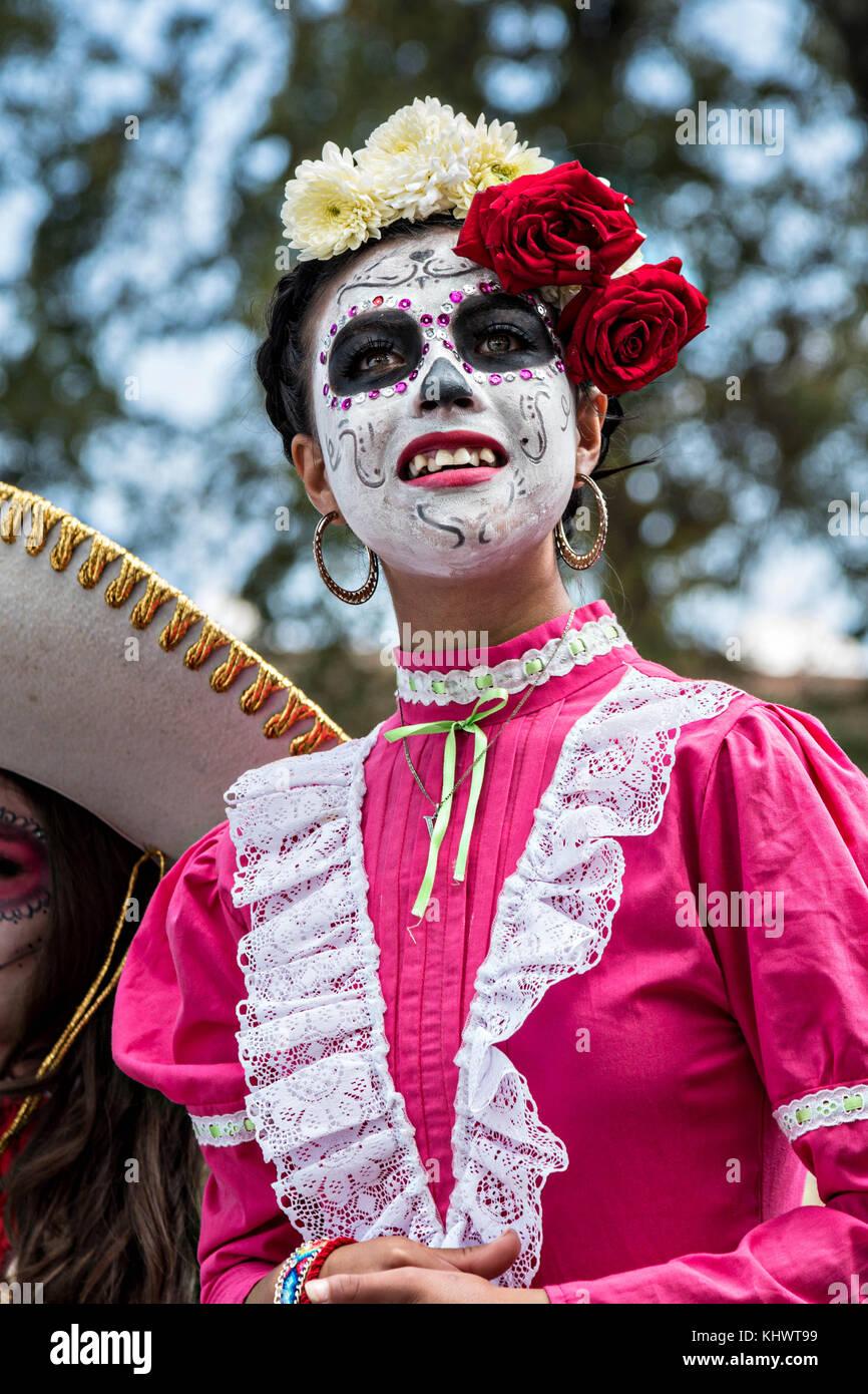 Una Joven Mujer Vestida De La Calavera Catrina Traje Durante