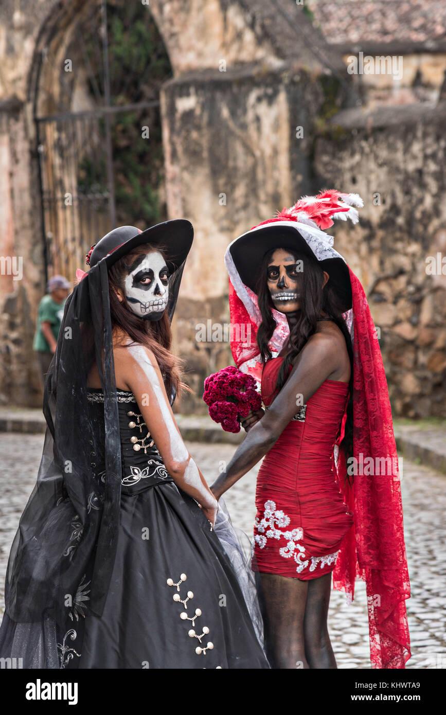 Las Jóvenes Mexicanas Vestidas Con Trajes De La Calavera