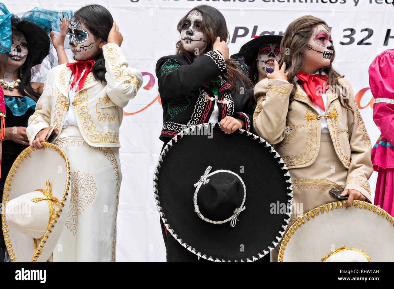 Las Mujeres Jóvenes Vestidas En Trajes De La Calavera