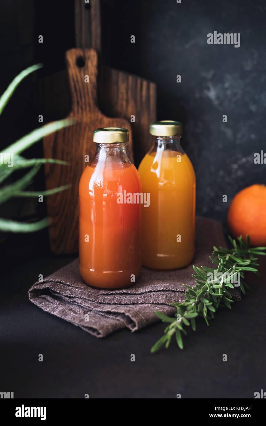 Los jugos de cítricos, desintoxicación bebida fresca cruda, zumo en botella. Concepto de estilo de vida Imagen De Stock