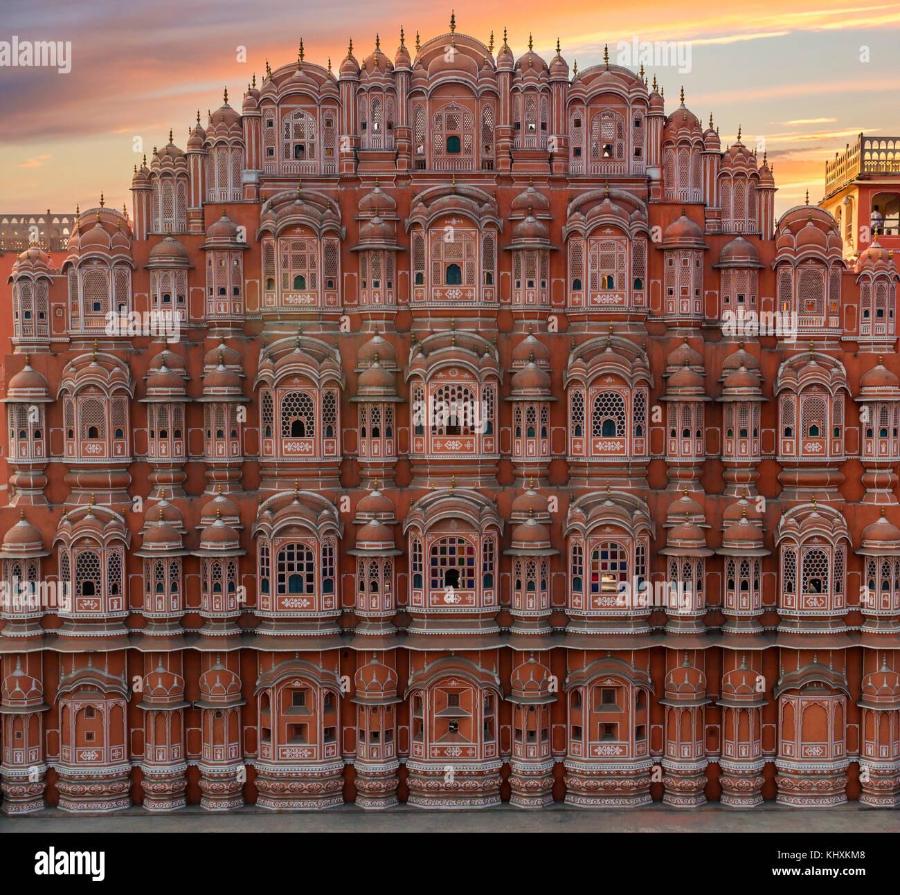 Pintoresca vista del atardecer al Hawa Mahal en Jaipur, India Imagen De Stock