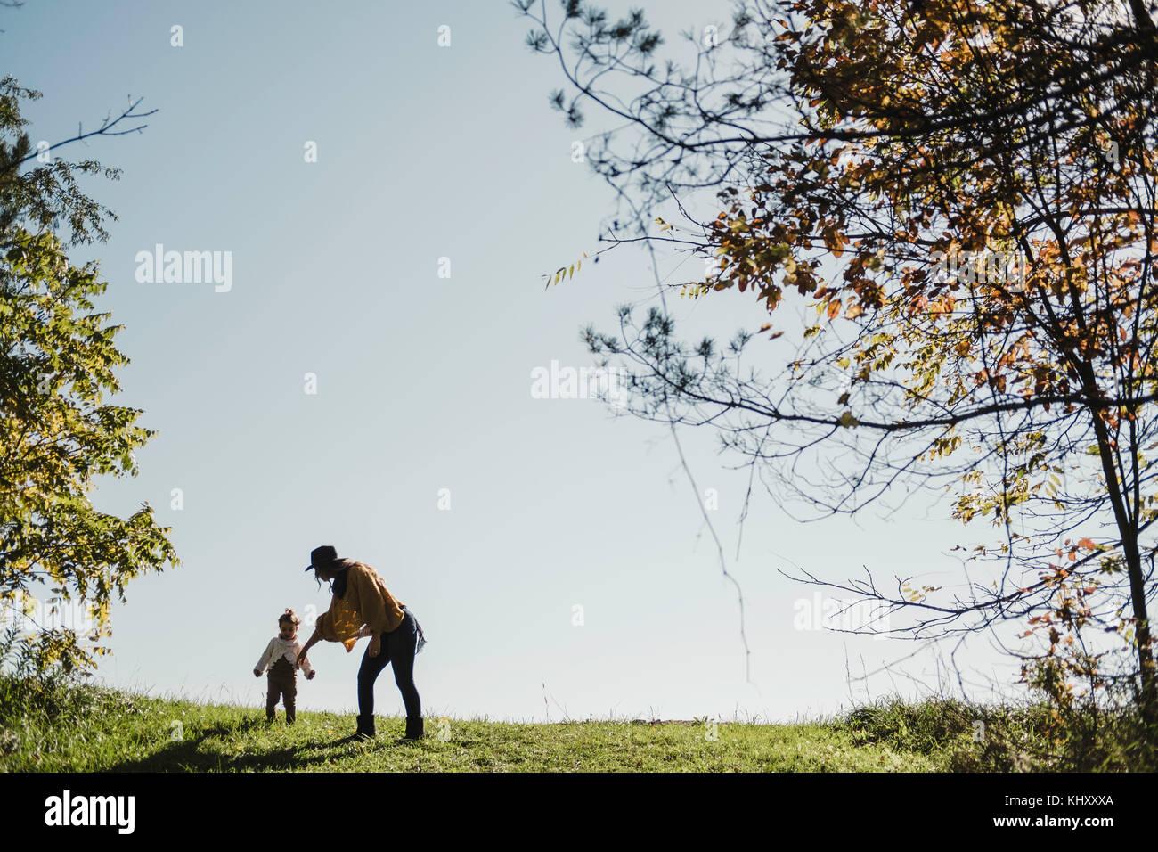 La madre y la niña en la colina, Oshawa, Canadá, Norteamérica Imagen De Stock
