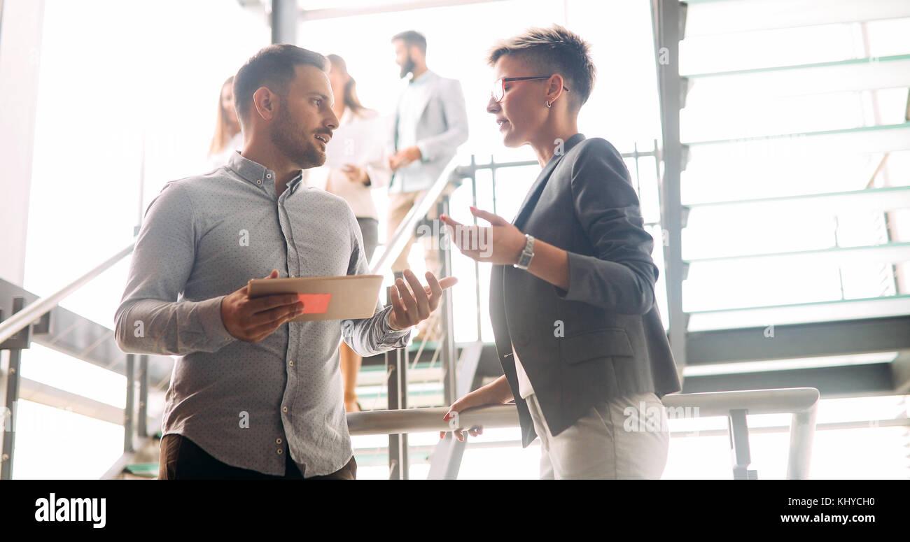 Los compañeros de negocio tener conversación durante el coffee break Imagen De Stock