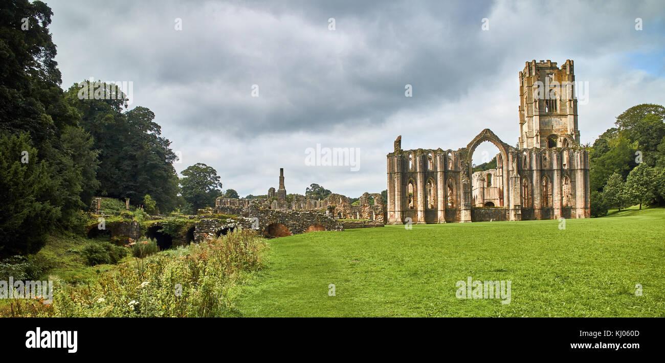 Inglaterra, NorthYorkshire; las ruinas de la abadía cisterciense del siglo XII conocida como Fountains Abbey, Imagen De Stock