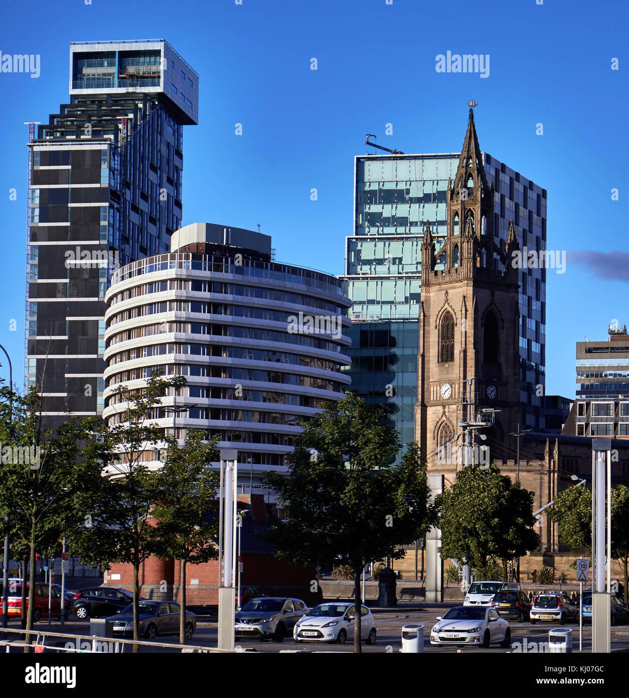 Ciudad de Liverpool, Inglaterra con la iglesia de San Nicolás, el edificio y la capilla 20 Mercure Liverpool Torre Foto de stock