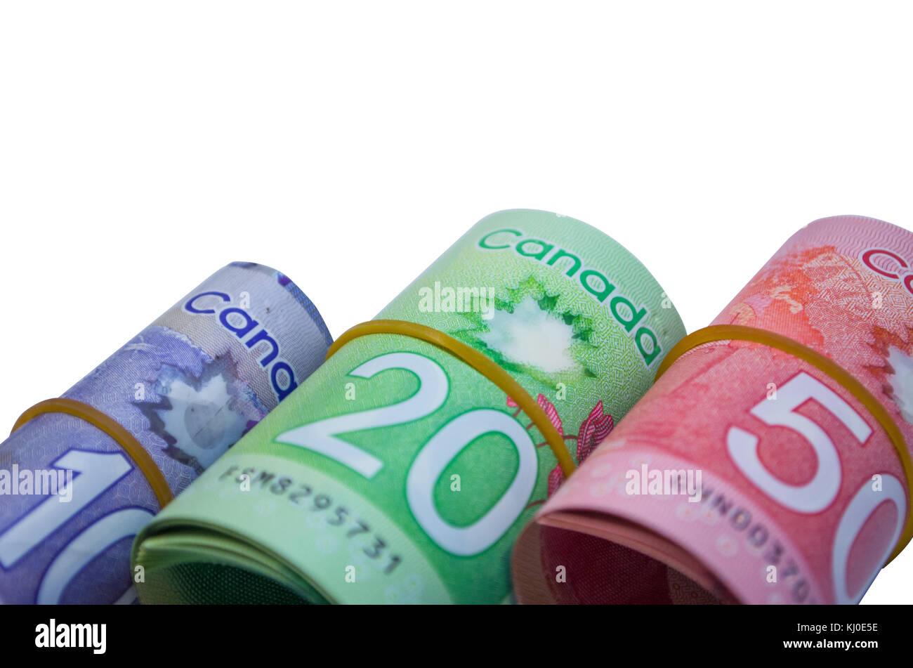 Dólares canadienses en forma de rollo de dinero en blanco fundamentos Foto de stock