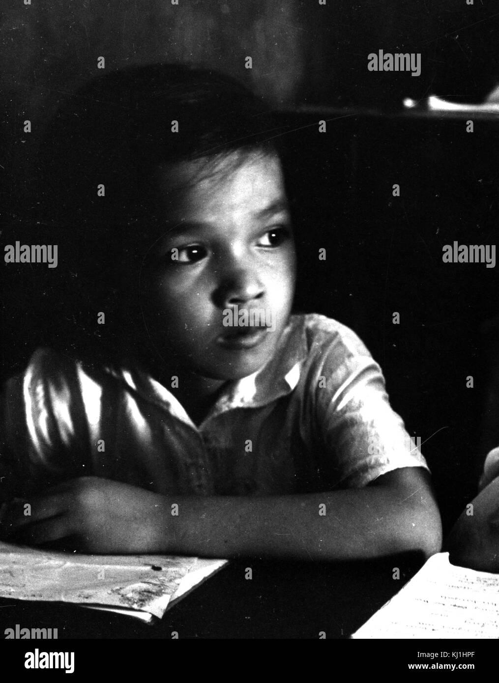 Fotografía tomada de un joven estudiante que acaba de dar un salto de la leche. La leche se rompe son patrocinados por el Fondo de las Naciones Unidas para la Infancia (UNICEF) en una ayuda para ayudar a los niños pobres para obtener una nutrición suficiente. Fecha Siglo XX Foto de stock