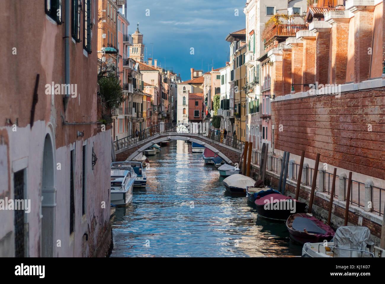 Venecia-marzo 7:Canal de Venecia con barcos y puente,Venecia,Italia,el 7 de marzo de 2017. Foto de stock