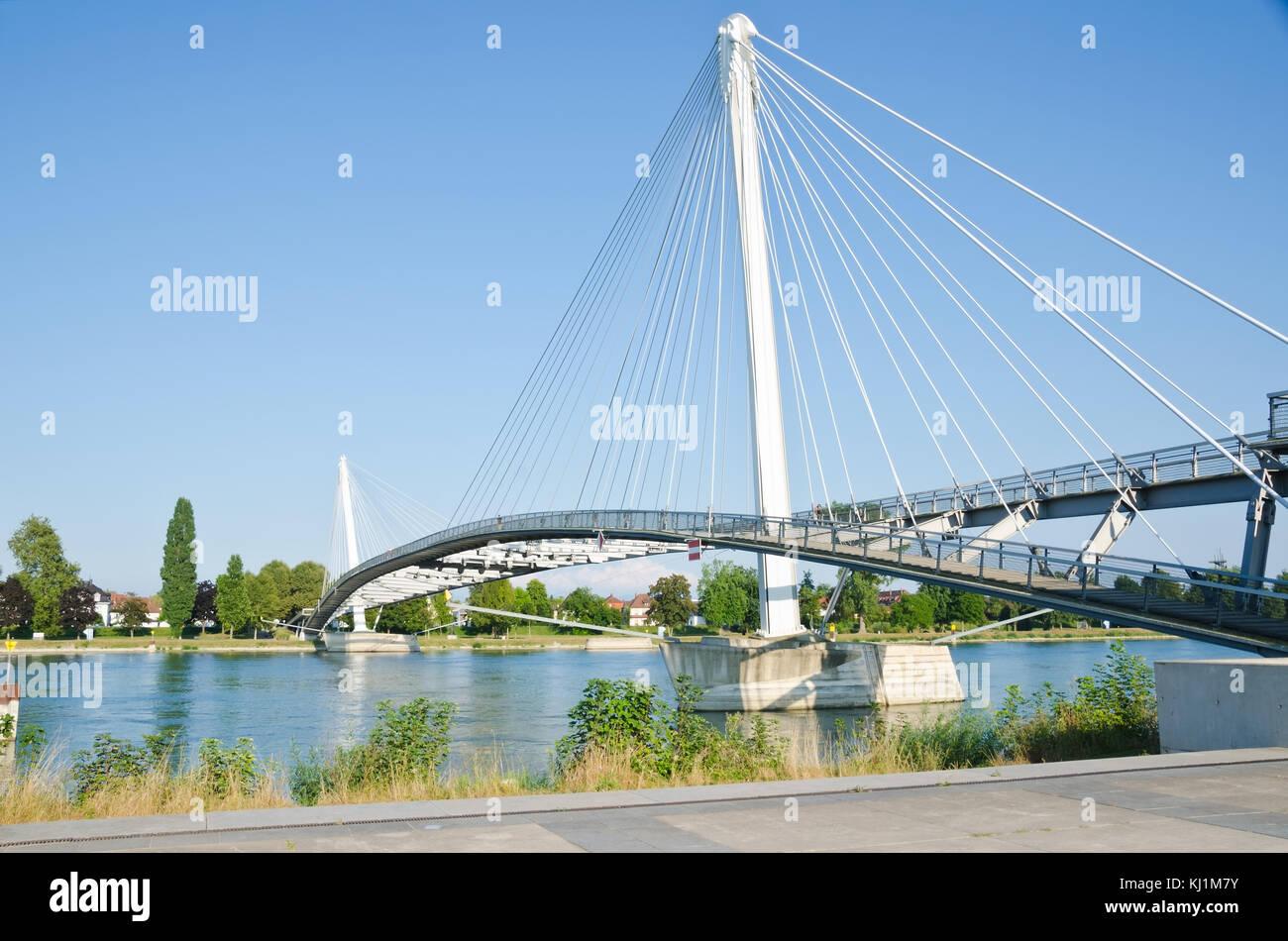 Estrasburgo, Francia. El 31 de agosto de 2016. La passerelle mimram, un puente peatonal que une el alemán y francés lados del río Rin. Foto de stock