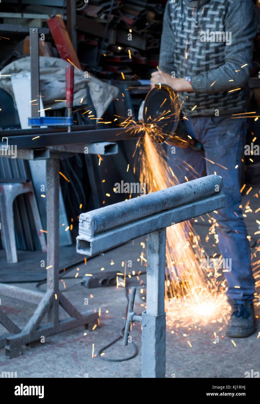 En el taller de corte de acero Foto de stock