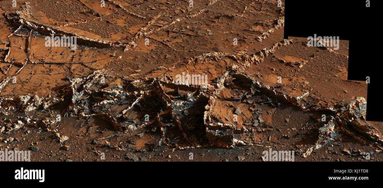 """Vista desde la cámara del mástil (Mastcam) curiosidad en NASA's Mars Rover, mostrando una red de dos tonos de vetas de minerales en una zona denominada """"Ciudad Jardín"""" en la parte inferior de Monte Agudo. Vetas de minerales tales como estos forman donde los fluidos se mueven a través de las rocas fracturadas, depositando minerales en las fracturas y afectando a la química de la roca circundante. En este caso, las venas han sido más resistentes a la erosión de la roca huésped circundante. Foto de stock"""