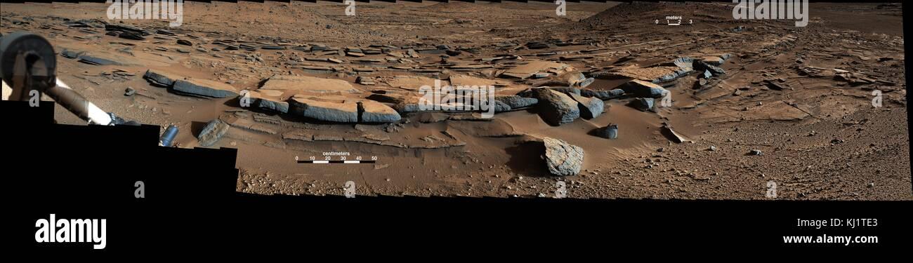 Vista desde la Mastcam curiosidad en NASA's Mars Rover mira hacia el sur en el punto de referencia de Kimberley. En primer plano, varios las areniscas muestran tendencia sistemática al sur sugiriendo progresivo fuera de los sedimentos del delta en esa dirección (hacia el Monte Agudo). Foto de stock