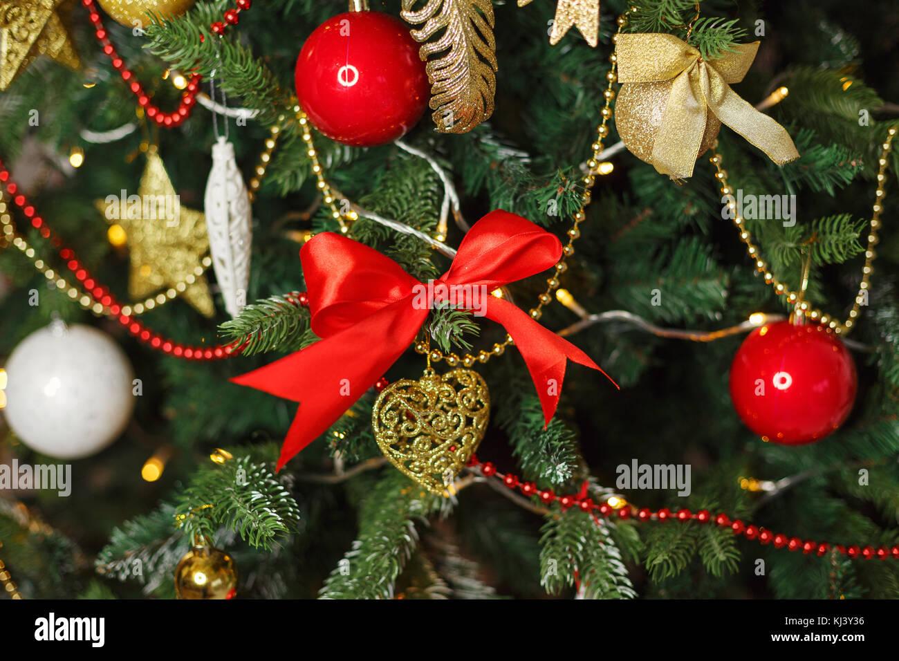 fcf523d54630b Árbol de navidad decorado. fondo para las vacaciones. frame close-ups. rojo