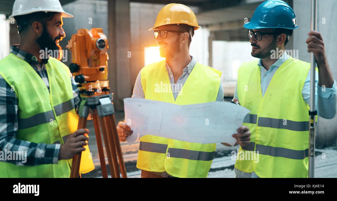 Retrato de construcción ingenieros trabajando en la construcción de sitio Foto de stock