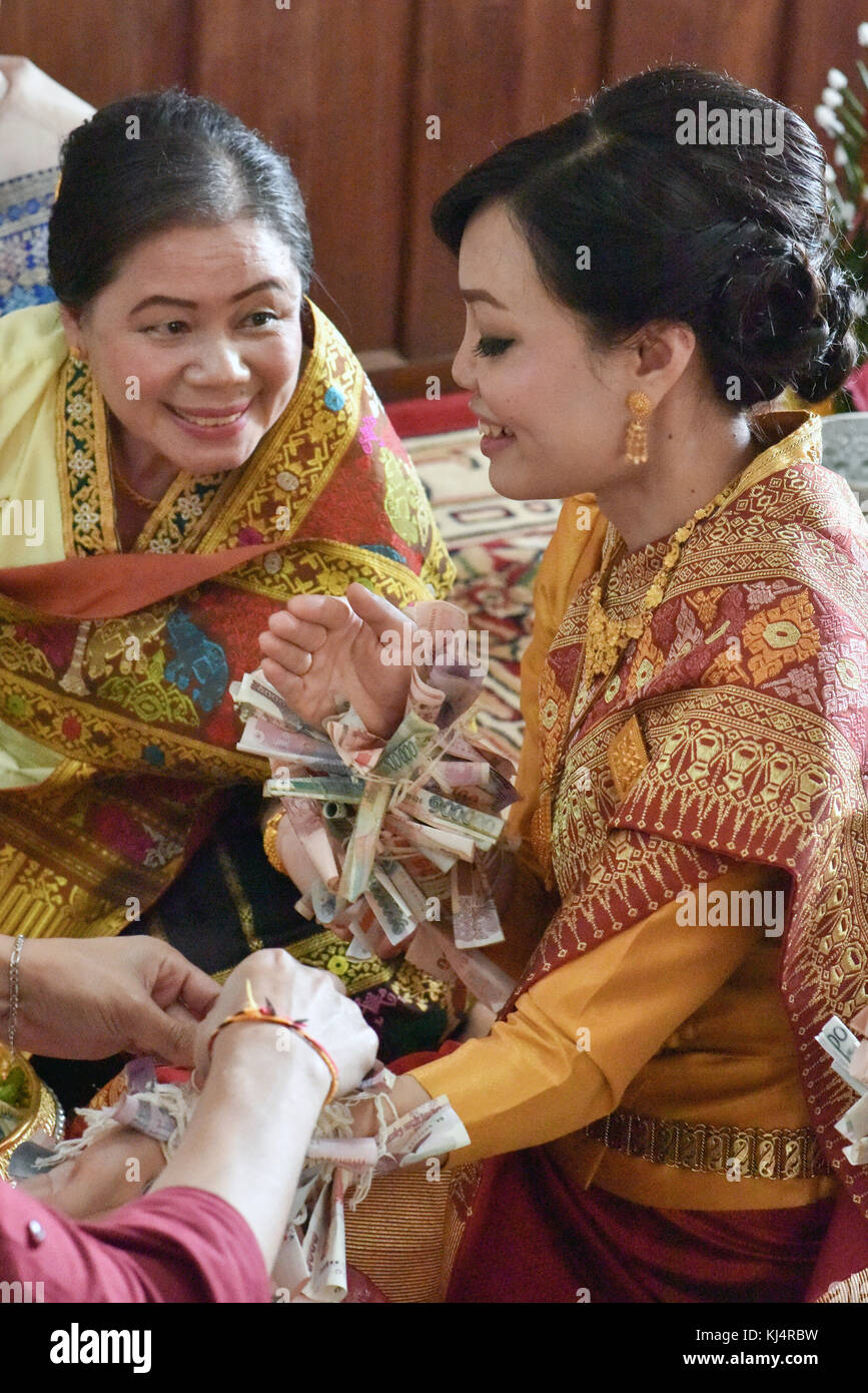 Novia y a su madre, Lao boda Foto de stock