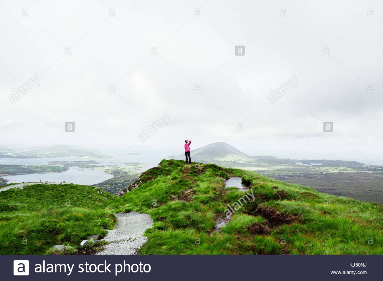 Caminante en el pico de la montaña Imagen De Stock