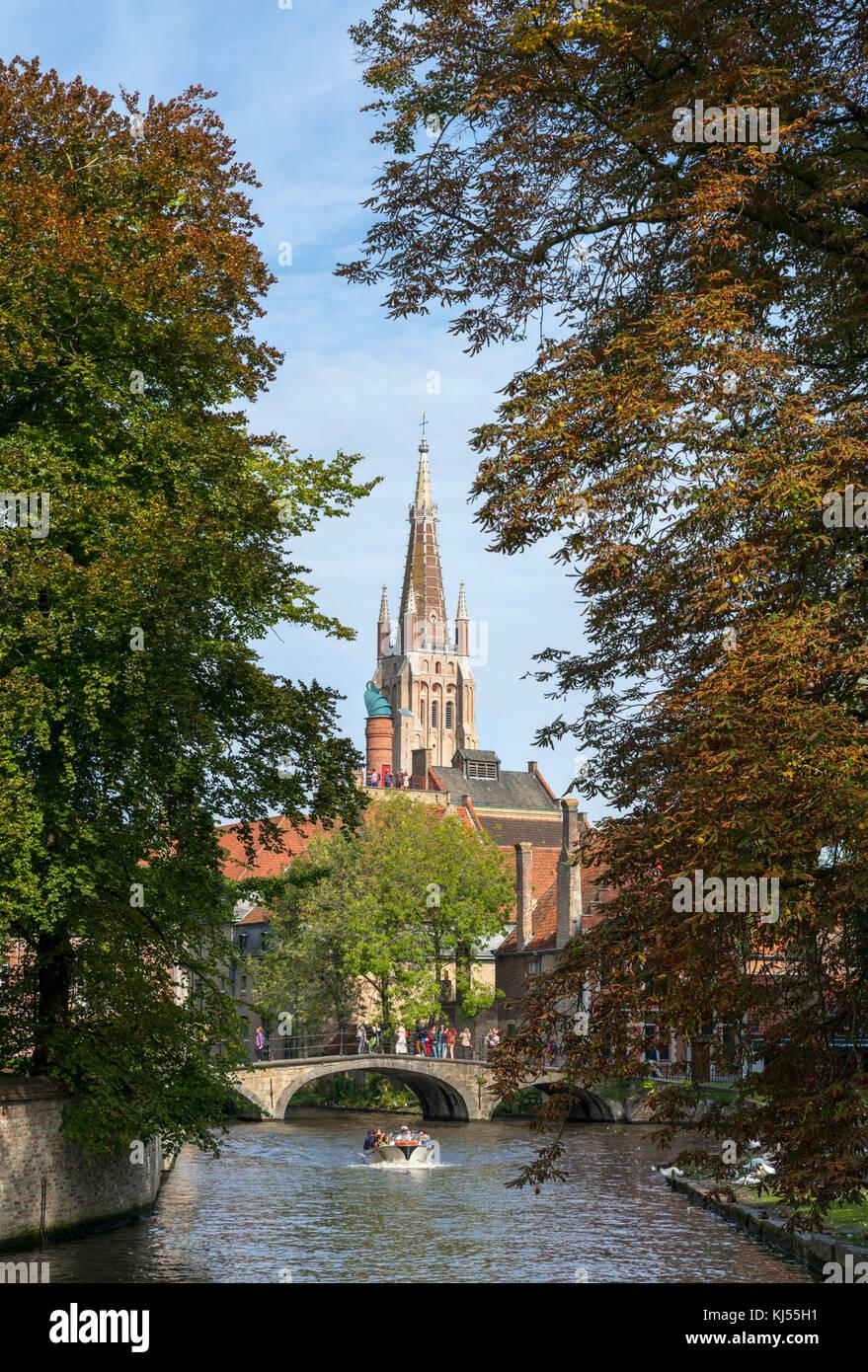 Viaje en barco por el Minnewater mirando hacia la torre de la Iglesia de Nuestra Señora (Onze-Lieve-Vrouwekerk), Imagen De Stock