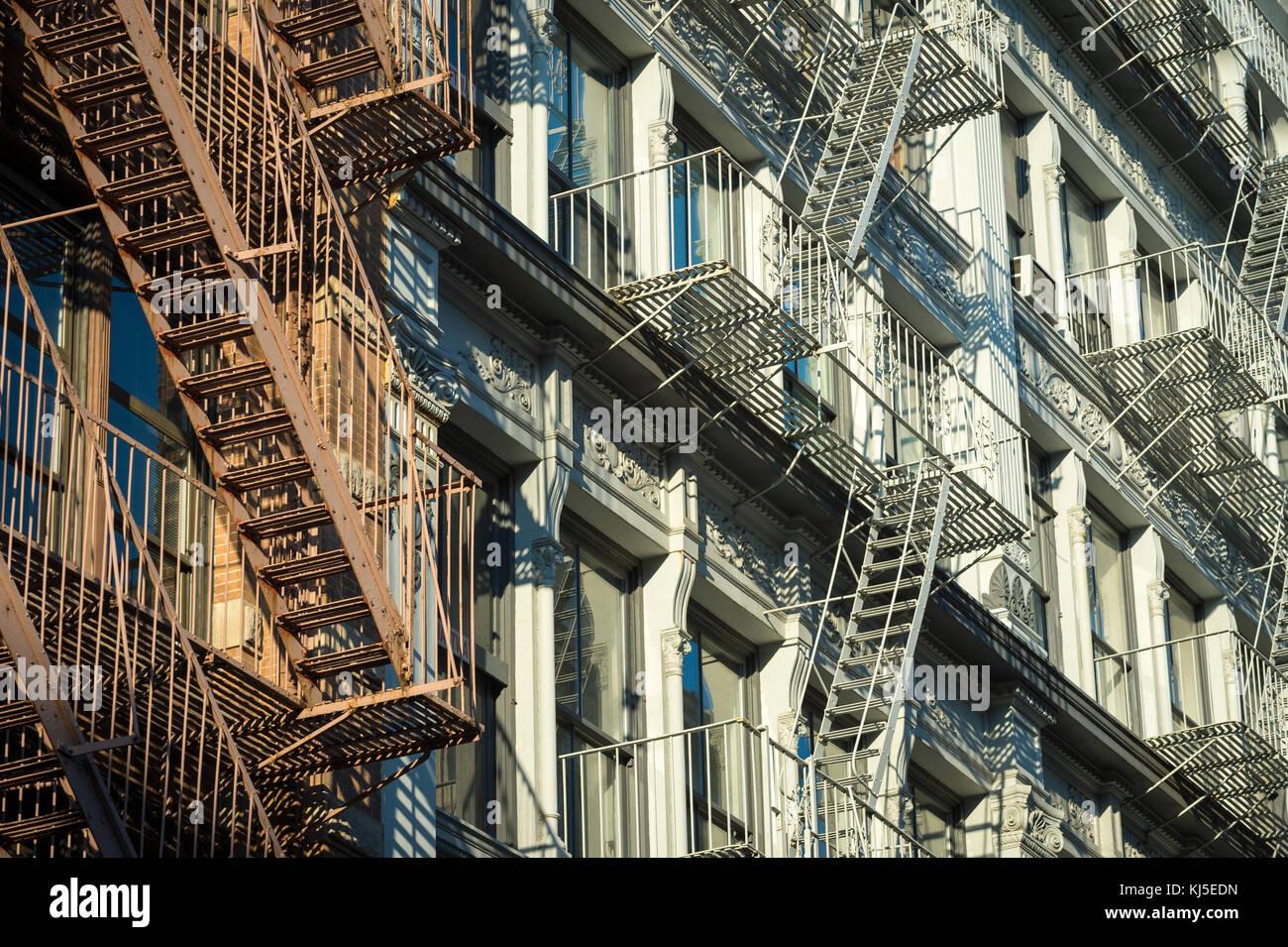Ver detalles de la arquitectura del hierro fundido de incendio en la ciudad de Nueva York Foto de stock