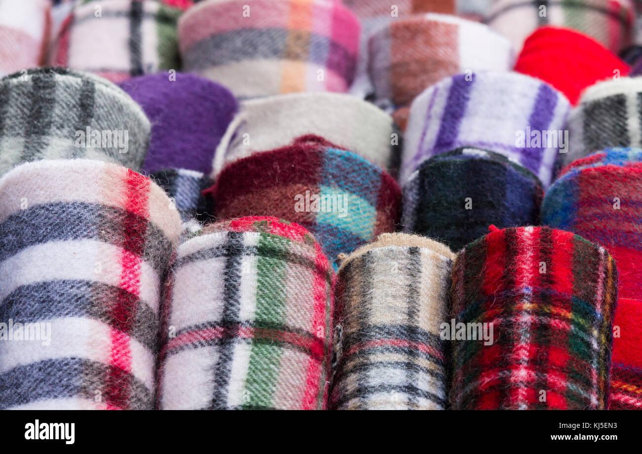 Tartan bufandas en tienda de souvenirs en la Royal Mile de Edimburgo, Escocia, Reino Unido. Imagen De Stock
