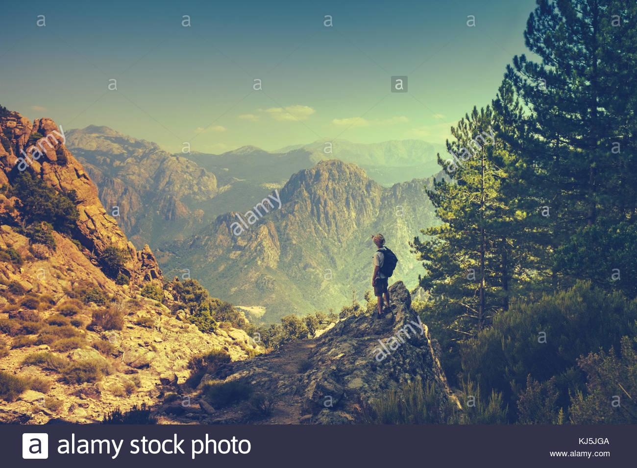 Hombre senderismo en las montañas Imagen De Stock