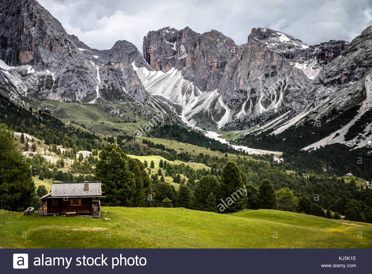 Chalet rodeado por el hermoso paisaje de montaña Imagen De Stock