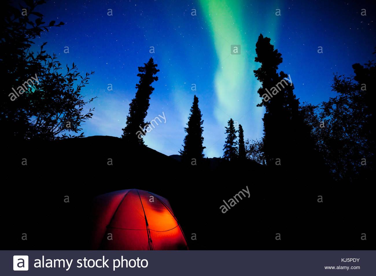 Camping bajo las luces del norte Imagen De Stock