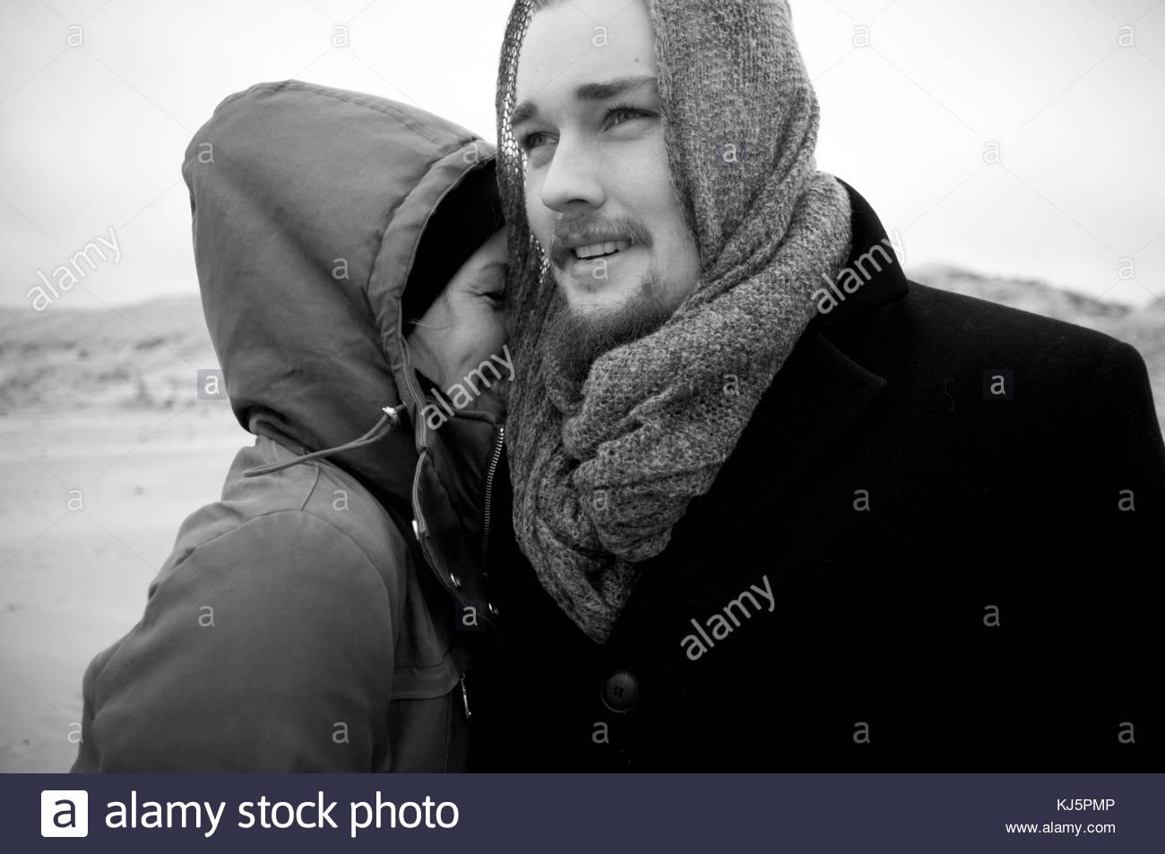 Feliz pareja en ropa de invierno Imagen De Stock