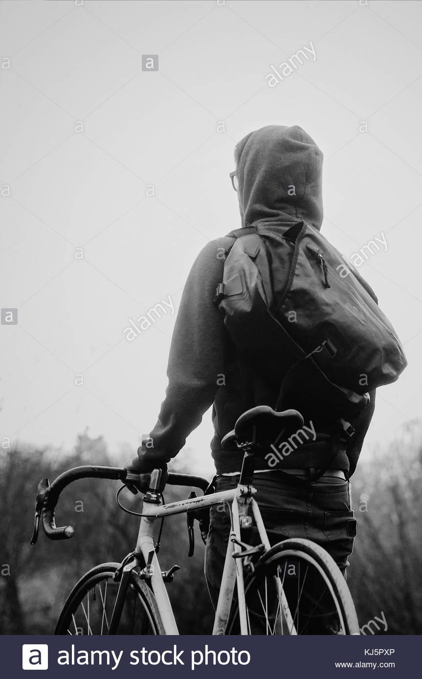 Hombre sujetando una bicicleta Imagen De Stock