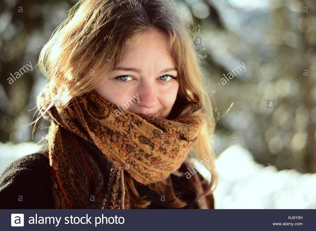 Chica en la acogedora bufanda Imagen De Stock