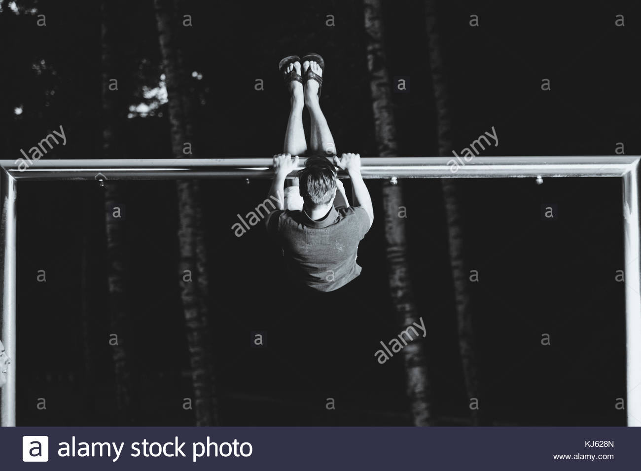 El hombre ejerce sobre las barras paralelas Imagen De Stock