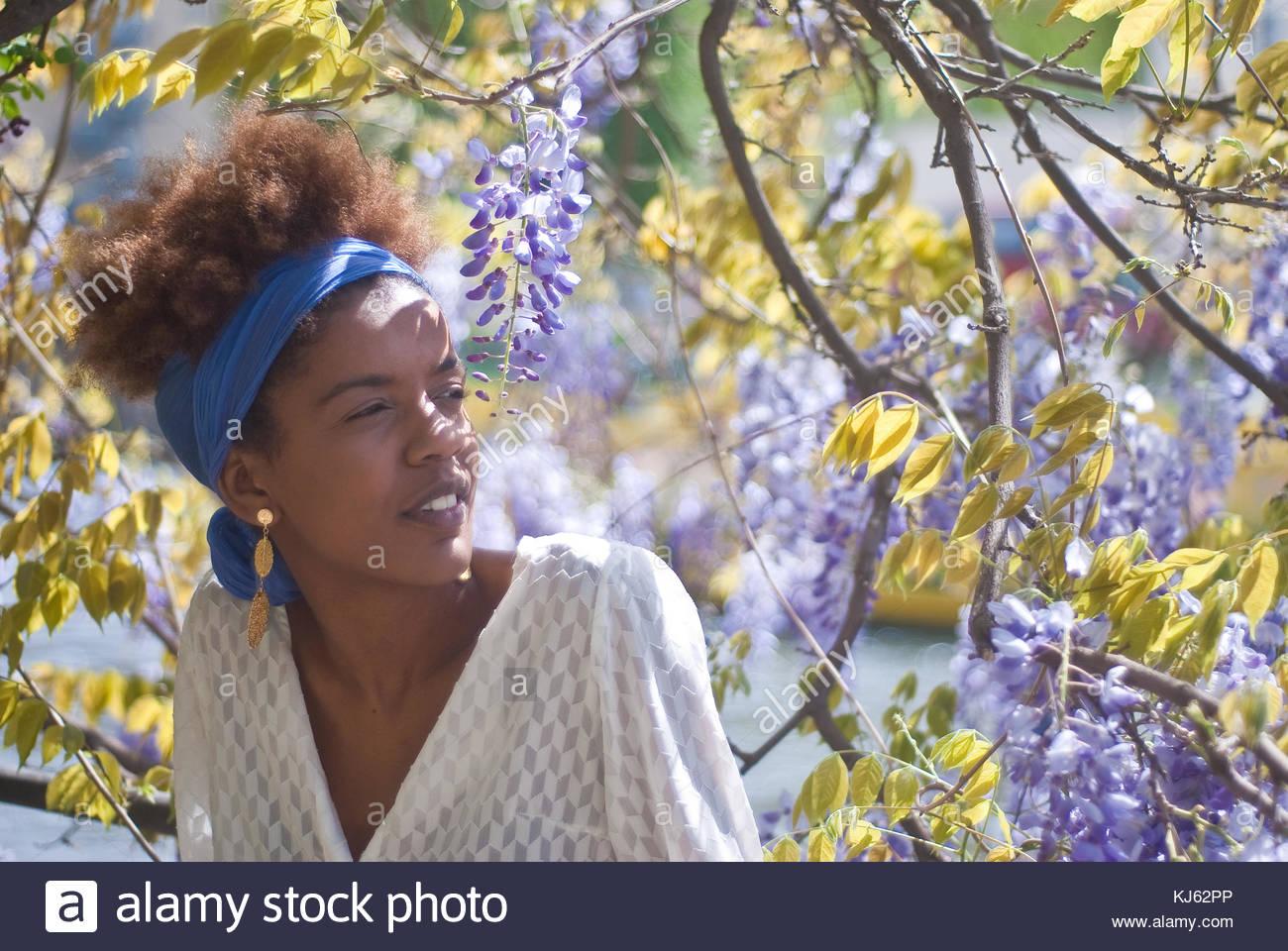 Joven negra vertical con flores de primavera Imagen De Stock