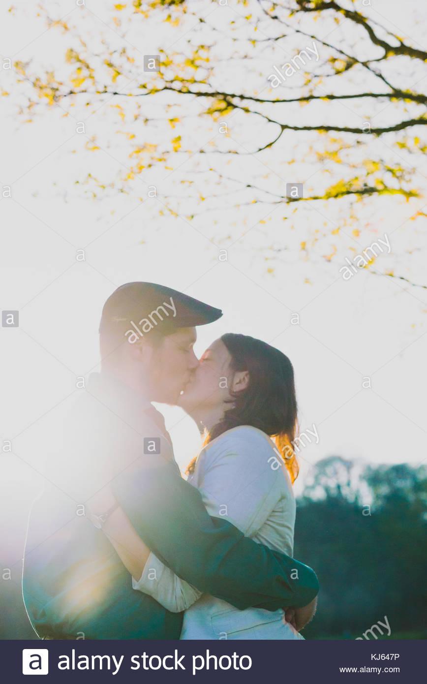 Joven pareja feliz en el sol Imagen De Stock