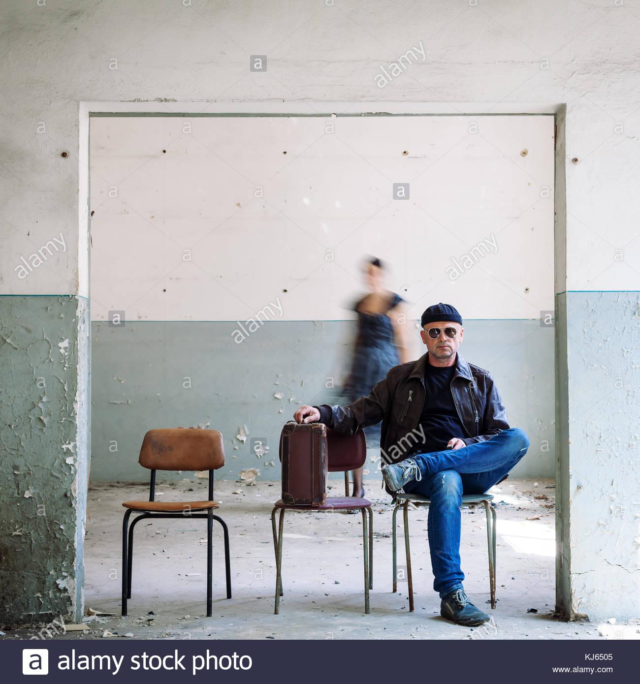 Hombre surrealista en hat figura borrosa Imagen De Stock