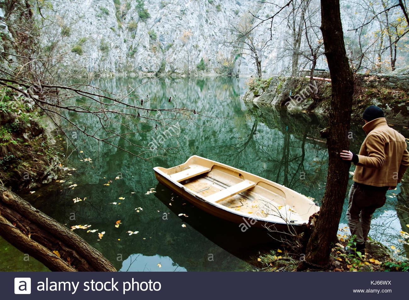 Joven acercándose a un pequeño bote a remo Imagen De Stock