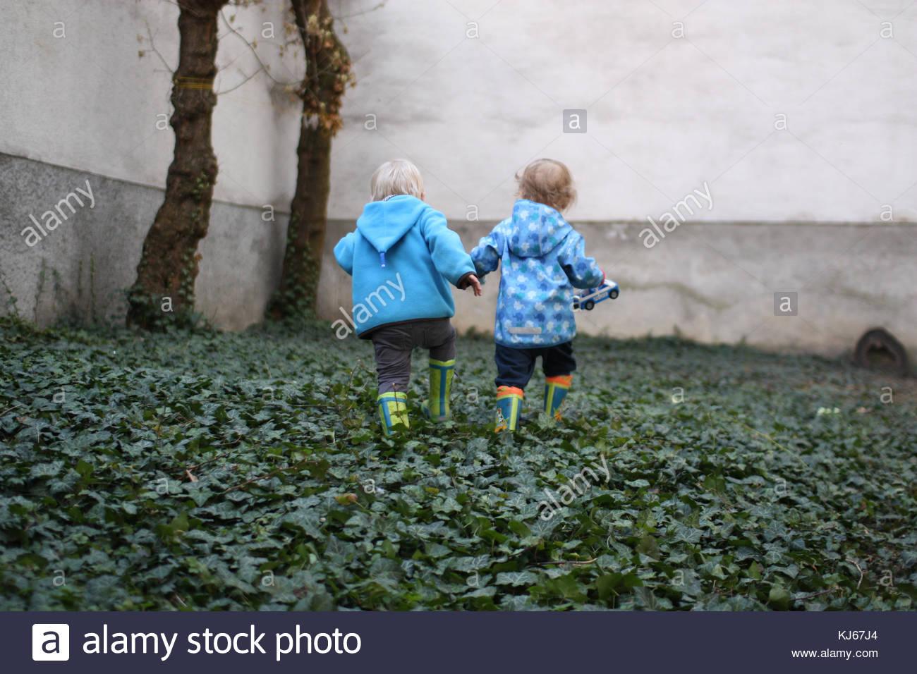 Dos niños tomados de las manos Imagen De Stock