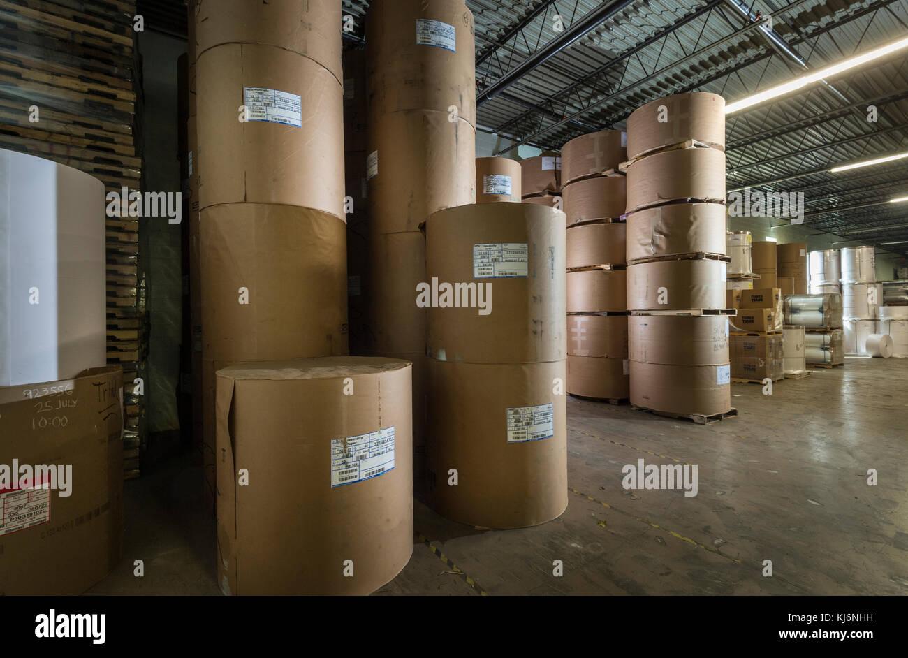 Rollos de papel industrial en el almacén Foto de stock